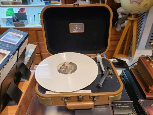一直想入手一个唱片机♥